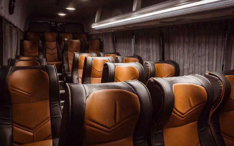 Elegante interior de nuestras camionetas sprinter negra de lujo